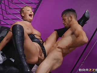 Sweet mature keeps legs open for the young hammer