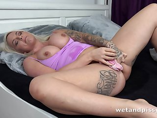 Woken up bootylicious tattooed blonde Louise Lee starts masturbating
